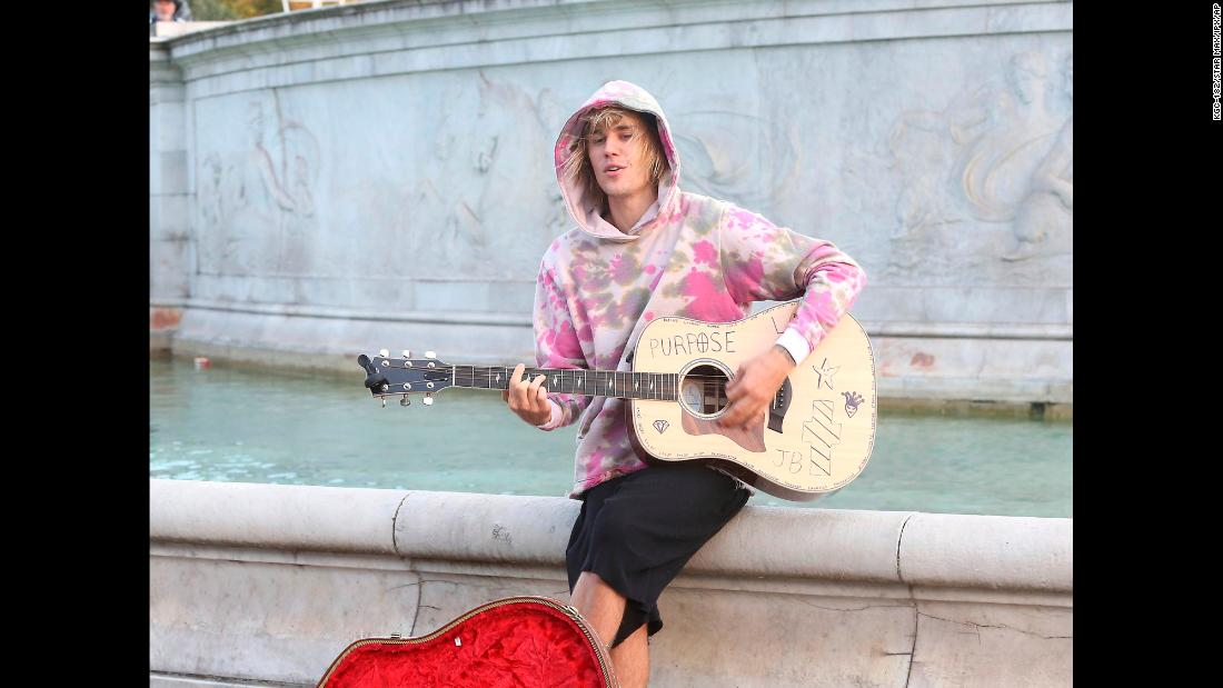 Pop star Justin Bieber plays a guitar outside Buckingham Palace in London on Tuesday, September 18. The unexpected performance came while Bieber and his fiancée, Hailey Baldwin, were out sightseeing.