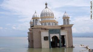 Indonesia tsunami: Tears and hope amid the rubble as aid arrives
