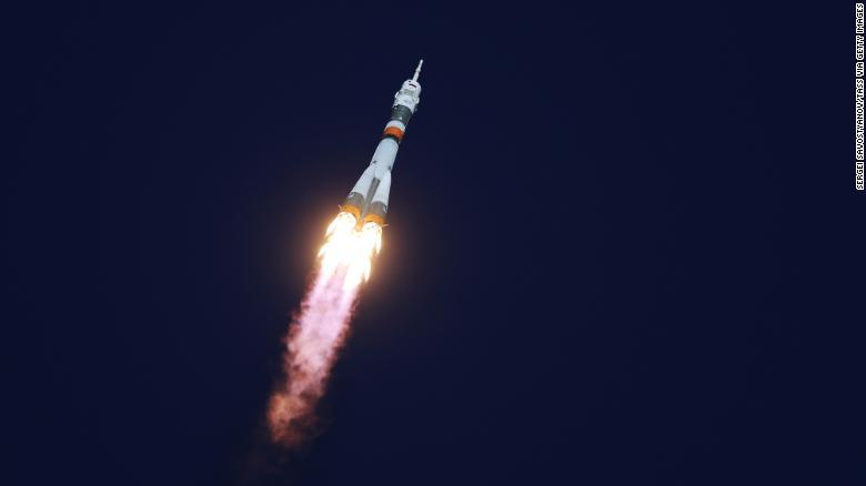 联盟-FG火箭助推器从携带联盟号MS-10航天器和机组人员的拜科努尔航天发射场发射升空。