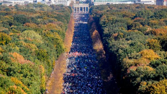 Police estimated that more than 100,000 people demonstrated against racism and right-wing extremism in Berlin on Saturday.