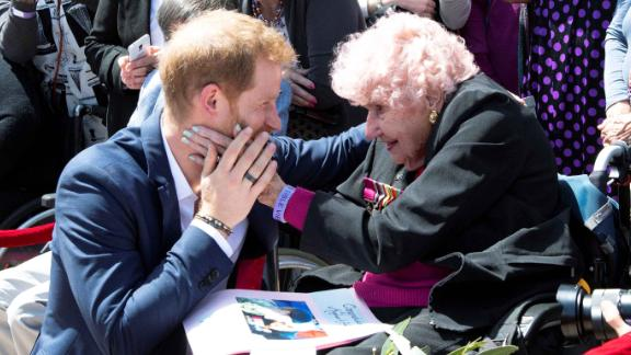 Harry is greeted by 98-year-old Sydney resident Daphne Dunne at the Sydney Opera House. Dunne had met Harry during his previous visits; the two shared a hug, and Harry introduced her to Meghan.