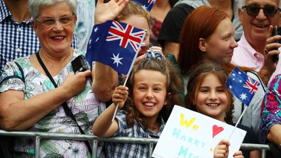 Crowds await the arrival of the Duke and Duchess at Government House in Melbourne.
