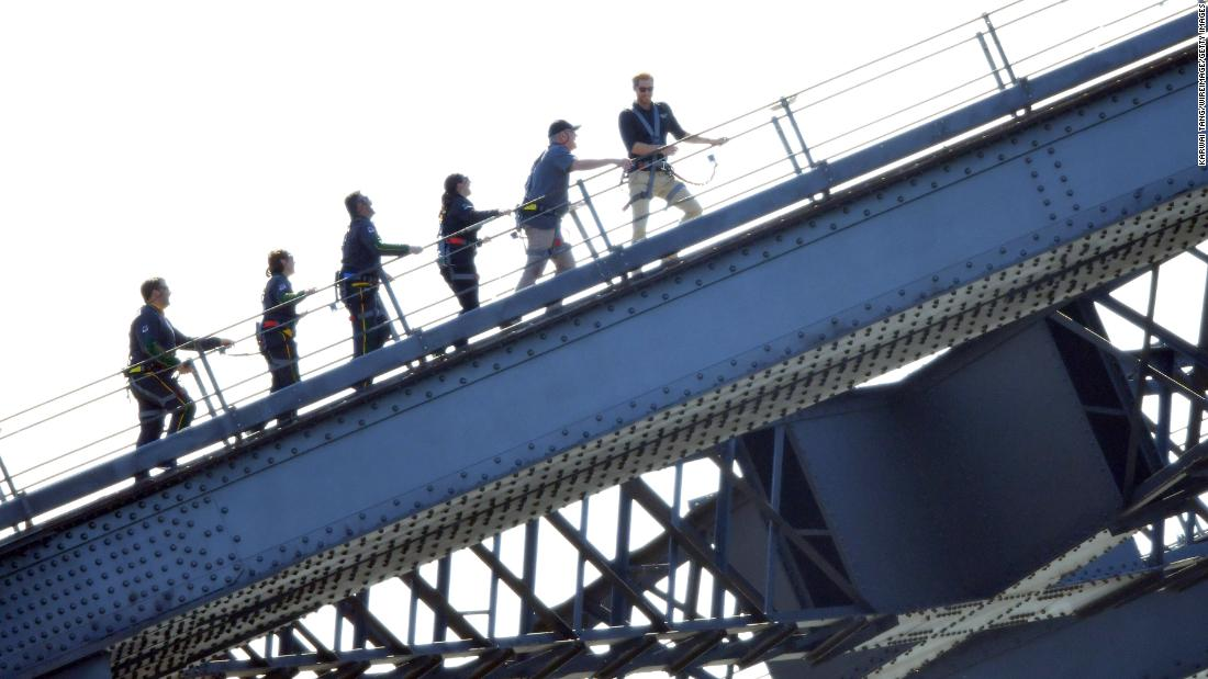 Prince Harry climbs Sydney Harbour Bridge to kick off Invictus Games