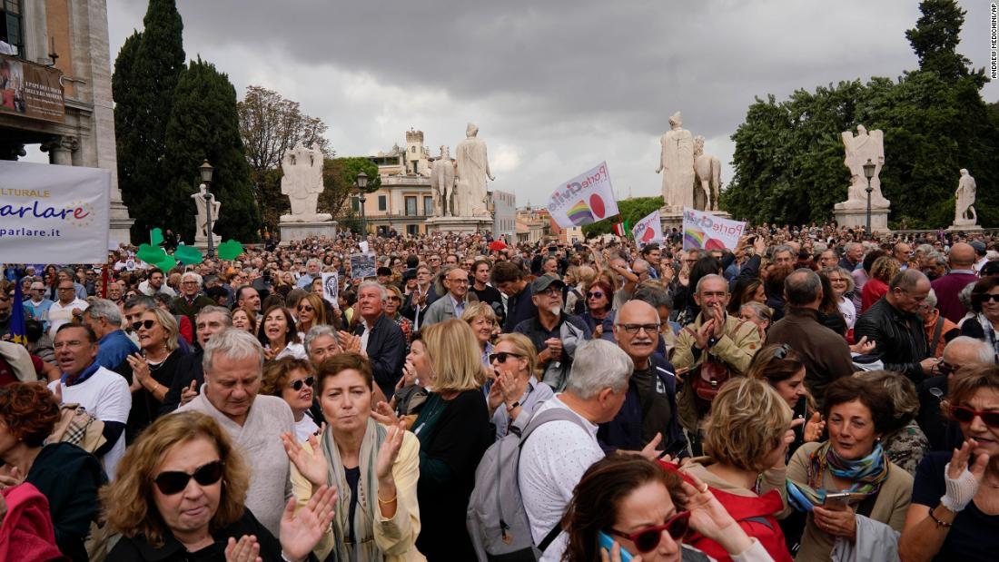 Thousands protest in Rome over city's 'degradation' under populist mayor