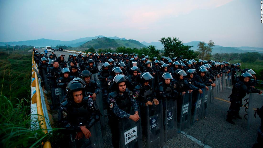 Mexico walks political tightrope over migrants moving north