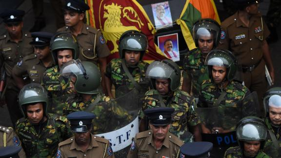 Sri Lankan soldiers keep watch outside the ceylon petroleum corporation in Colombo on October 28, 2018. - A constitutional crisis gripping Sri Lanka since the president