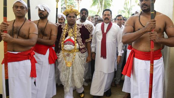 Sri Lanka's former president and new prime minister Mahinda Rajapakse (2R) arrives at the Temple of the Sacred Tooth Relic in Kandy on October 28, 2018.