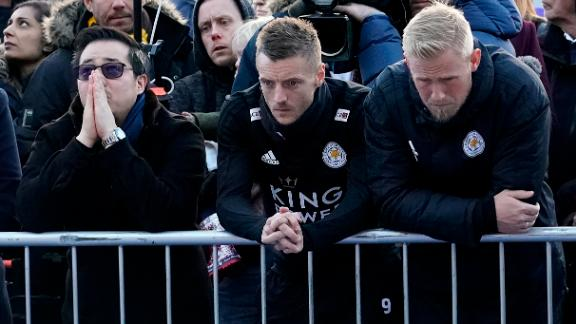 Aiyawatt Srivaddhanaprabha (left), son of the late Leicester City owner, stands with striker Jamie Vardy (center) and goalkeeper Kasper Schmeichel.