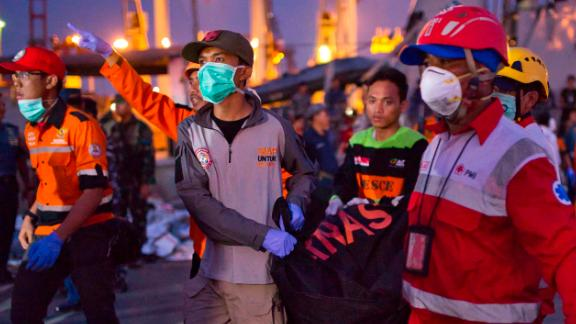 JAKARTA, INDONESIA - OCTOBER 29: Search and rescue workers move the remains of a victim of the Lion Air flight JT 610 into a waiting ambulance at the Tanjung Priok port on October 29, 2018 in Jakarta, Indonesia. Lion Air Flight JT 610 crashed shortly after take-off with no sign so far of survivors among the 189 people on board the plane.  (Photo by Ed Wray/Getty Images)