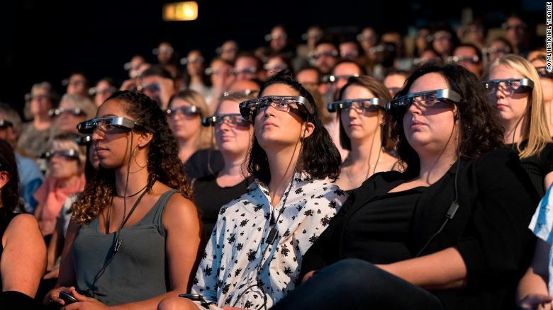 Kitle üyeleri akıllı altyazı gözlüklerini test eder.