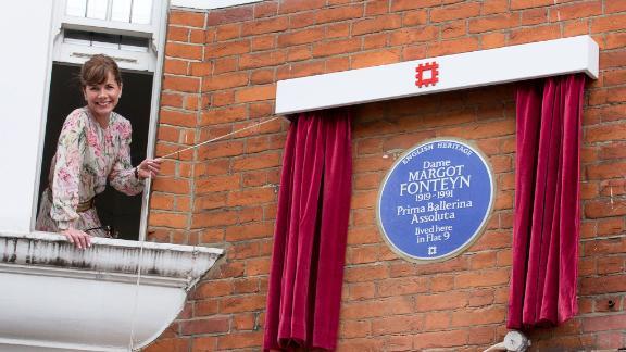 Ballet dancer Darcey Bussell unveils a plaque to Dame Margot Fonteyn.