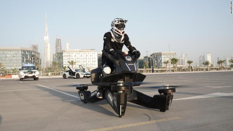 O S3 2019 na farda da polícia de Dubai na cidade em outubro.