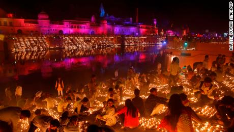 City breaks world record lighting 300,000 lamps