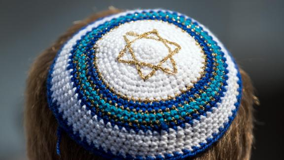 19 July 2018, Germany, Bonn: A resident from Bonn demonstrating at the market square with a Kippah on his head. Hundreds of people have demonstrated against anti-semitism. Many of them wore a kippah. Bonn reacted to an attack on an Israeli professor with the