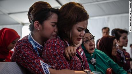 KARAWANG, INDONESIA - NOVEMBER 06:  Families and colleagues of victims of Lion Air flight JT 610 cry on deck of Indonesian Navy ship KRI Banjarmasin during visit and pray at the site of the crash on November 6, 2018 in Karawang, Indonesia. Indonesian investigators said on Monday the airspeed indicator for Lion Air flight 610 malfunctioned during its last four flights, including the fatal flight on October 29, when the plane crashed into Java sea and killed all 189 people on board. The Boeing 737 plane crashed shortly after takeoff as investigators and agencies from around the world continue its week-long search for the main wreckage and cockpit voice recorder which might solve the mystery.  (Photo by Ulet Ifansasti/Getty Images)