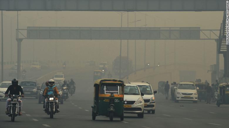 Семь из 10 лучших городов мира с наихудшим загрязнением воздуха находятся в Индии.  Нью-Дели, столица страны, страдает от проблемы токсического смога.