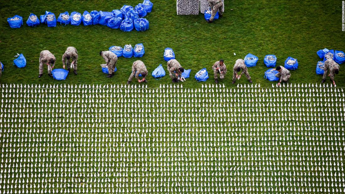 "Volunteers help to lay out some of the 72,396 shrouded figures that form London's <a href=""https://www.shroudsofthesomme.com/"" target=""_blank"">""Shroud of the Somme"" exhibition</a> on Tuesday, November 6. Each figure in Olympic Park represents a British Commonwealth service member who was killed in World War I's Battle of the Somme and has no known grave."