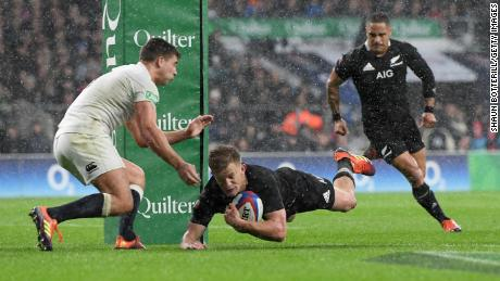 New Zealand's All Blacks beat England 16-15 in a thriller at Twickenham.