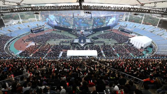 INCHEON, SOUTH KOREA - NOVEMBER 03:  Supporters watch the Finals match of 2018 The League of Legends World Championship at Incheon Munhak Stadium on November 3, 2018 in Incheon, South Korea.  (Photo by Chung Sung-Jun/Getty Images)