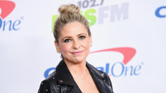 INGLEWOOD, CA - DECEMBER 01:  (EDITORIAL USE ONLY. NO COMMERCIAL USE)  Sarah Michelle Gellar poses in the press room during 102.7 KIIS FM's Jingle Ball 2017 presented by Capital One at The Forum on December 1, 2017 in Inglewood, California.  (Photo by Emma McIntyre/Getty Images for iHeartMedia)