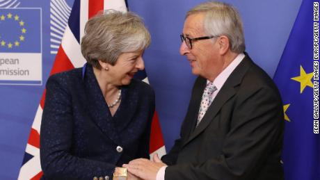 BRUSSEL, BELGIUM - NOVEMBER 24: Jean-Claude Juncker, President of the European Commission, welcomes British Prime Minister Theresa May at the Commission the day before a summit of the European Council on Brexit on November 24, 2018 in Brussels, Belgium. Leaders of the 27 remaining member states of the European Union are scheduled to meet tomorrow in Brussels over whether to approve the United Kingdom's withdrawal agreement for leaving the European Union and the political declaration that will set the course for the U.K.'s relationship with the E.U. once Brexit is complete.  (Photo by Sean Gallup/Getty Images)
