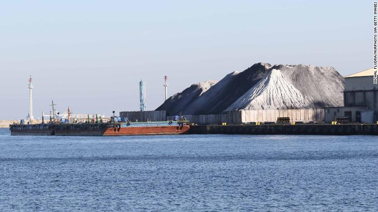 Отходы угольных сваи в Гдыне, Польша, октябрь 2018 года. Утильный уголь иногда используется в домашних печах для обогрева польских домов, способствующих смогу.