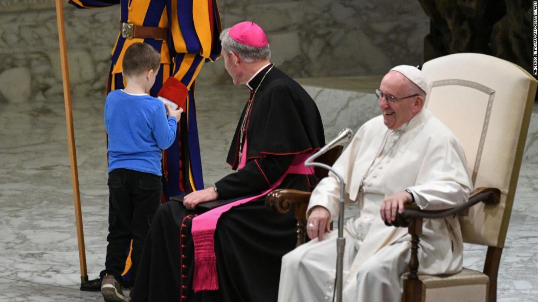 Kleiner junge Stiehlt Papst Franziskus' spotlight