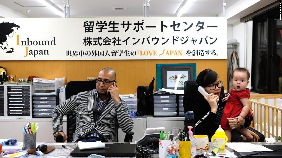 Юсуке Фуруми за работой в офисе въездной Японии со своим вьетнамским коллегой Анхелем Фаном.