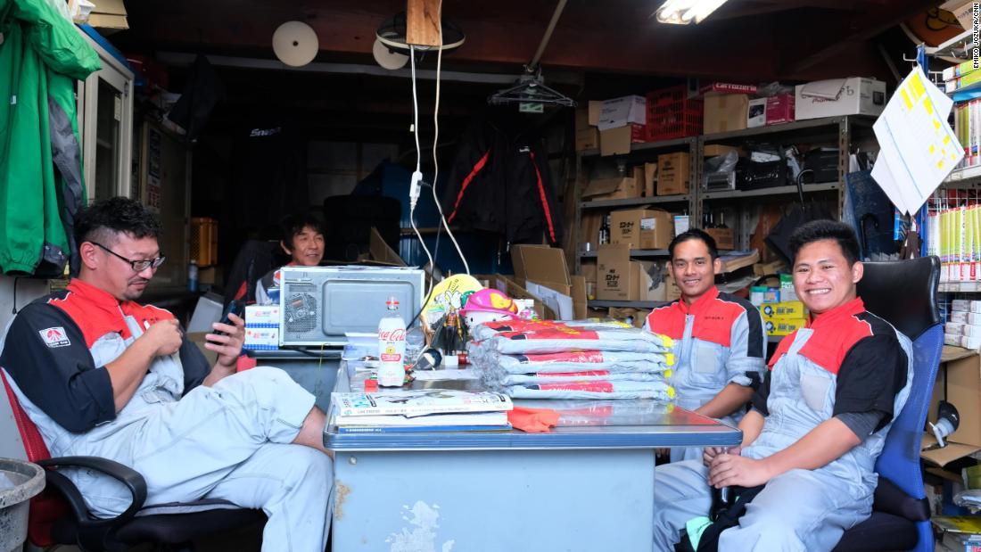 Как местные, так и иностранные работники автосалона заявили, что надеются, что иммигранты могут остаться в Японии.