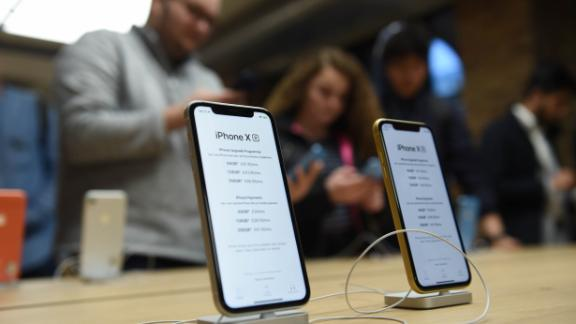 LONDON, ENGLAND - OCTOBER 26:  General view of customers at the Apple Covent Garden re-opening and iPhone XR launch at Apple store, Covent Garden on October 26, 2018 in London, England.  (Photo by Stuart C. Wilson/Getty Images)