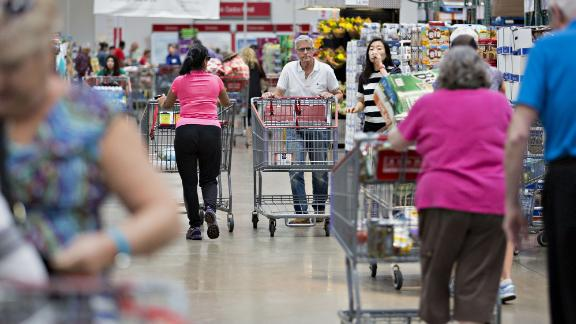 Customers push carts at a Costco Wholesale Corp. store in Naperville, Illinois, U.S., on Monday, May 23, 2016. Costco Wholesale Corp., the largest U.S. warehouse-club chain, is scheduled to report quarterly earnings figures on May 25. Photographer: Daniel Acker/Bloomberg via Getty Images