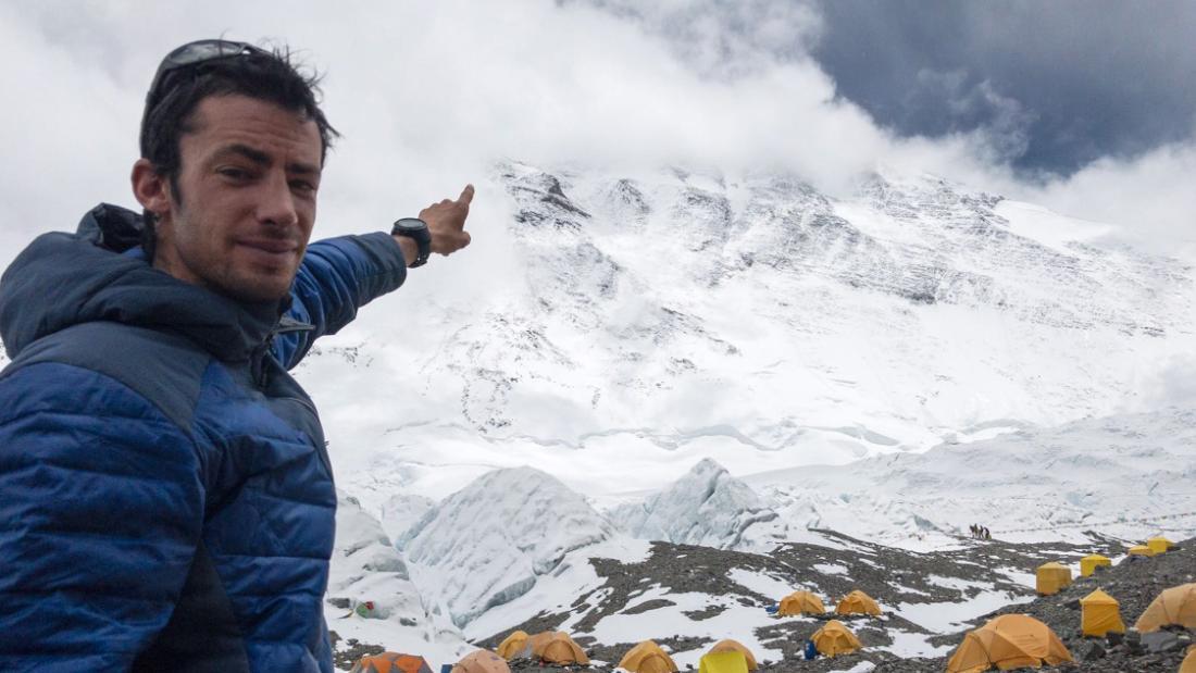Kilian Jornet指向山顶。 珠穆朗玛峰。