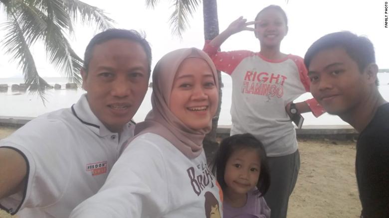 Bapu Suwarna, left, poses with his wife, Piniarti, and his kids, Naura AS, Aulia Yasmin and Muhammad Raihan, before the tsunami hit.