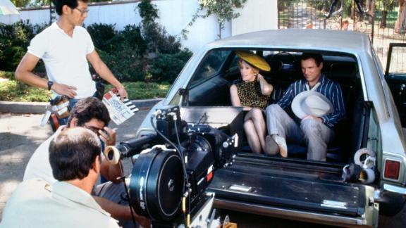 """Burnett and Charles Grodin film a scene for the miniseries """"Fresno"""" in 1986."""