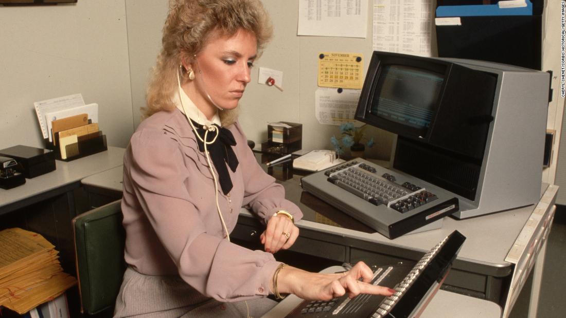 Около 1980-х годов костюм с юбкой в галстуке-бабочке, похожий на тот, который Анн Донован помнит, носивший в начале своей карьеры.