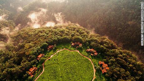 A luxury jungle flight in Rwanda with volcanoes, gorillas and adventures