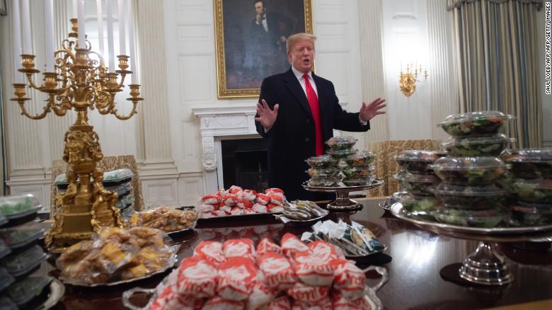 Trump recibe a un equipo universitario en la Casa Blanca con hamburguesas