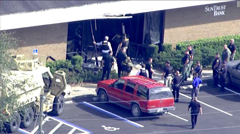 SEBRING, Fla ) JUST IN: A gunman stormed a SunTrust Bank in