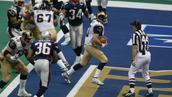 Warner runs the ball into the end zone for a touchdown in the fourth quarter.