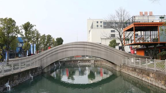 A team led by Xu Weiguo at Tsinghua University's School of Architecture completed the world's longest 3D-printed concrete bridge in Shanghai.
