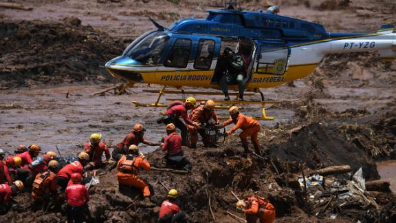 Rescue workers search for victims in Brumadinho.