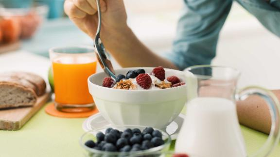 Contrary to some weight loss advice, a new study shows that people who eat breakfast did not slim down.