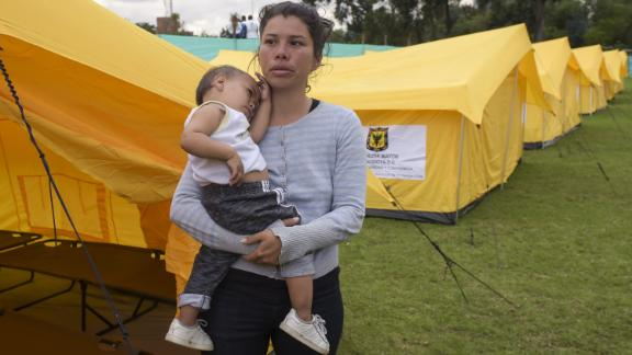 Venezuelan migrants at the humanitarian camp in Bogota on November 13, 2018. - Venezuelans migrants are transferred voluntarily to a humanitarian provisional shelter by Bogota