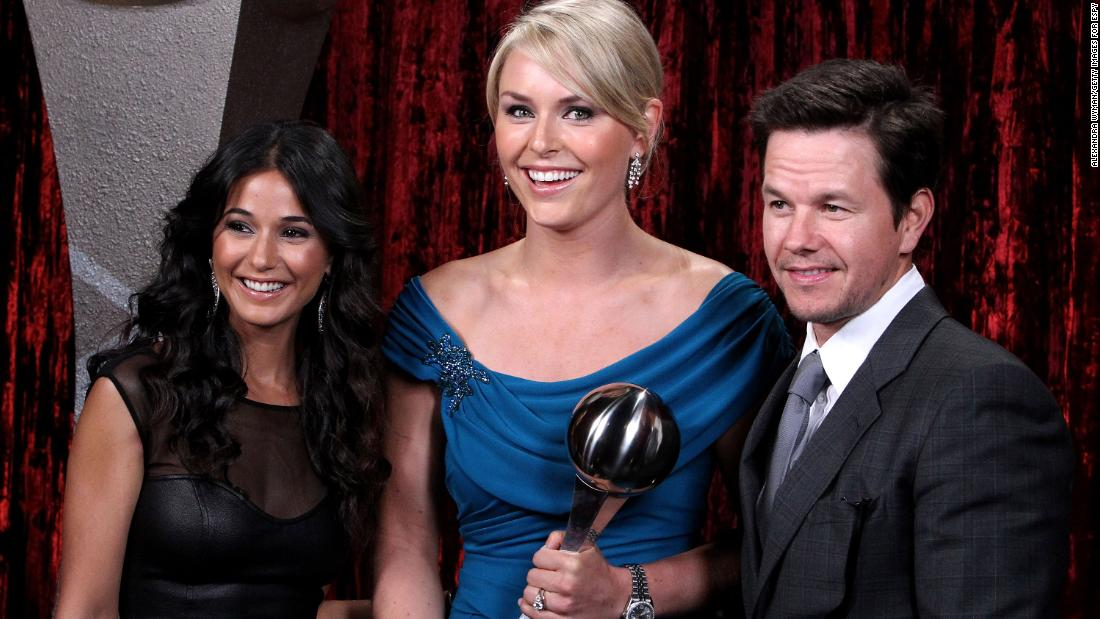 Vonn poses with actors Mark Wahlberg and Emmanuelle Chriqui after winning the 2010 ESPY Award for best female athlete.