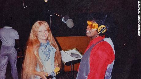 Jack Hollander e James Brown in uno studio di registrazione.