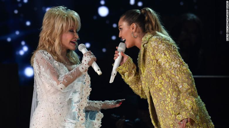 Dolly Parton and Miley Cyrus perform osntage during the 61st Annual Grammy Awards on February 10, 2019, in Los Angeles. (Photo by Robyn Beck / AFP)