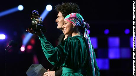 John Mayer and Alicia Keys show the Grammy they split