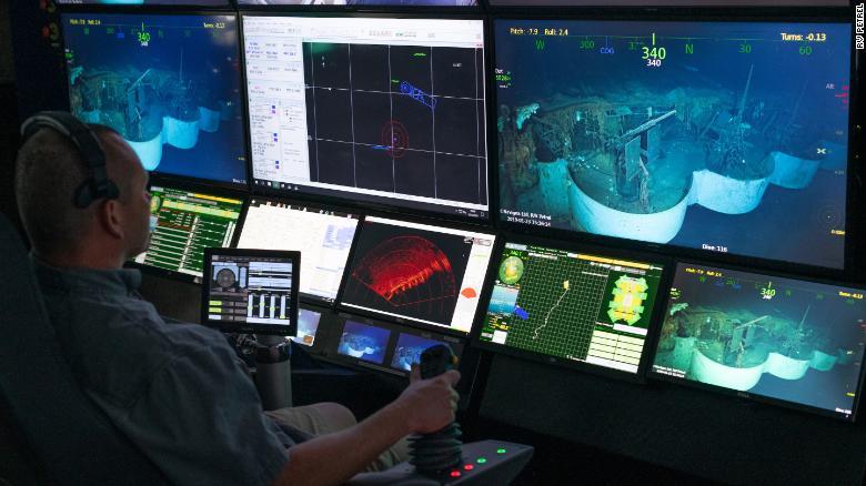 从Petrel的一个控制室,搜索者观看了沉没的大黄蜂的视频。