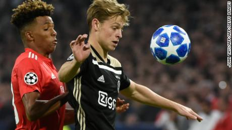 Benfica's Portuguese midfielder Gedson Fernandes (L) vies with Ajax Amsterdam's Dutch midfielder Frenkie de Jong (R) during the UEFA Champions League football match between Ajax Amsterdam and Benfica on October 23, 2018, in Amsterdam. (Photo by JOHN THYS / AFP)        (Photo credit should read JOHN THYS/AFP/Getty Images)