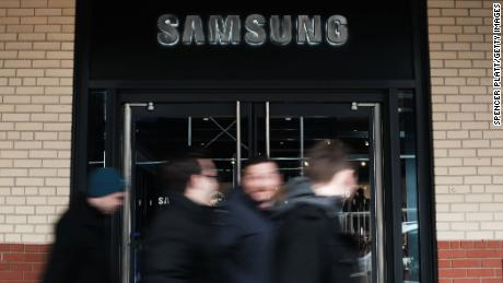 NEW YORK, NEW YORK - JANUARY 08: A Samsung storefront is seen in Manhattan on January 08, 2019 in New York City. As demand falls for its memory chips and smartphones, Samsung Electronics cut its guidance for fourth-quarter profits on Tuesday and said that it expects to see an operating profit of $9.7 billion, which is down nearly 29 percent from last year.  The world's biggest smartphone maker is experiencing some of the same issues as Apple as China experiences an economic slowdown that is partly impacted by the Trump-led trade war. (Photo by Spencer Platt/Getty Images)